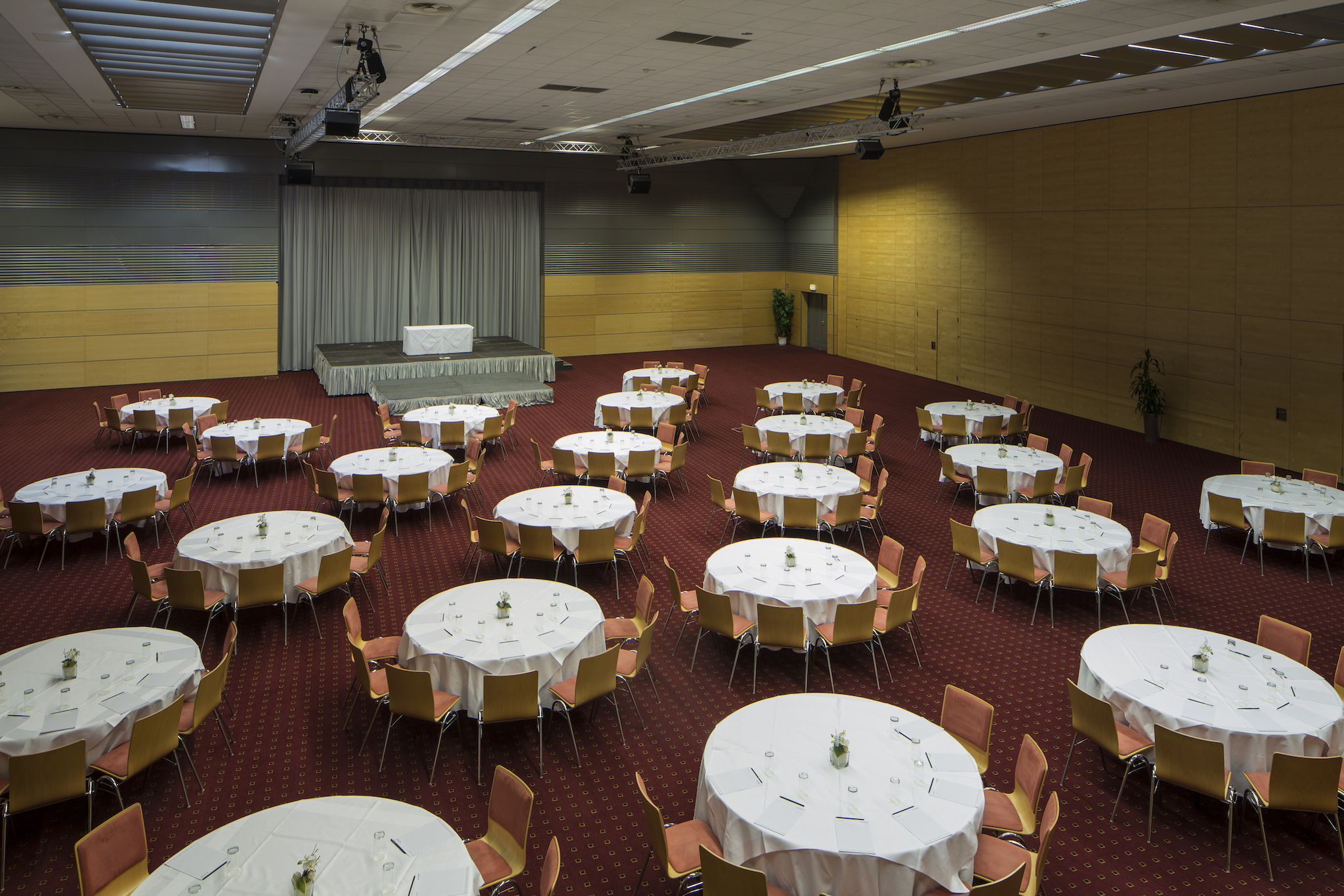 Seminar room Europa 4 with round tables |  Eventhotel Pyramide in Vienna