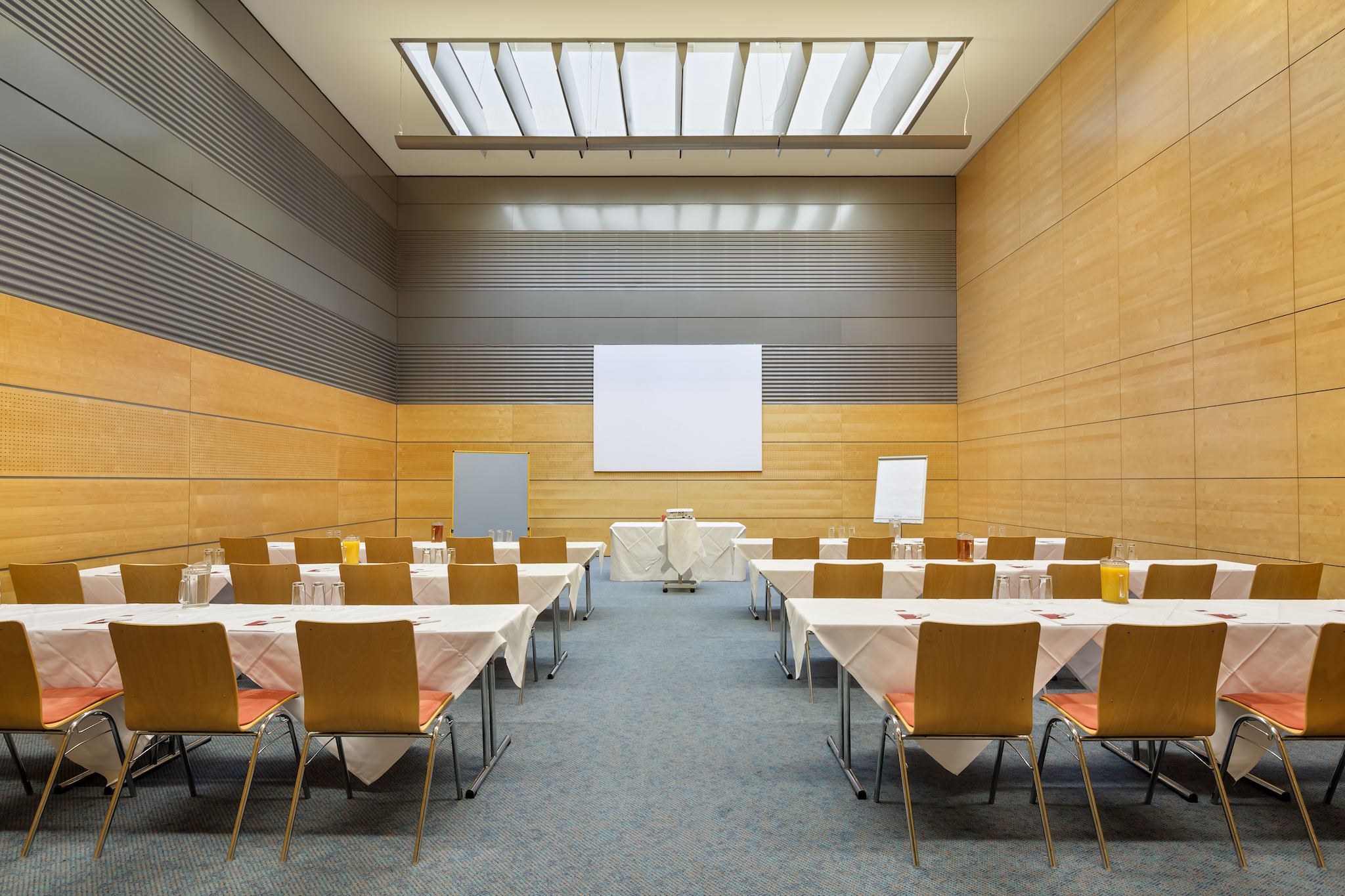 Seminar room Europa 7 with screen |  Eventhotel Pyramide in Vienna