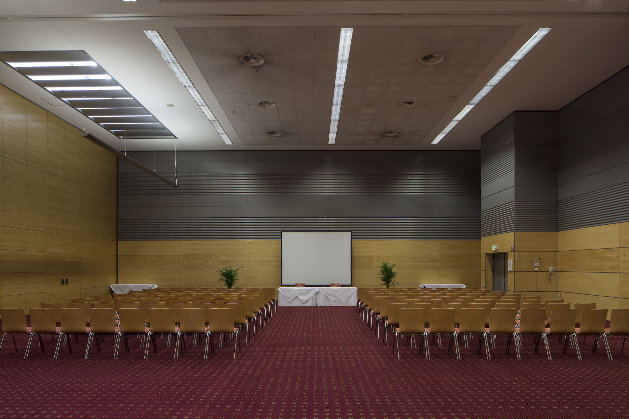 Seminar room Europa 2+3 with screen | Eventhotel Pyramide in Vienna