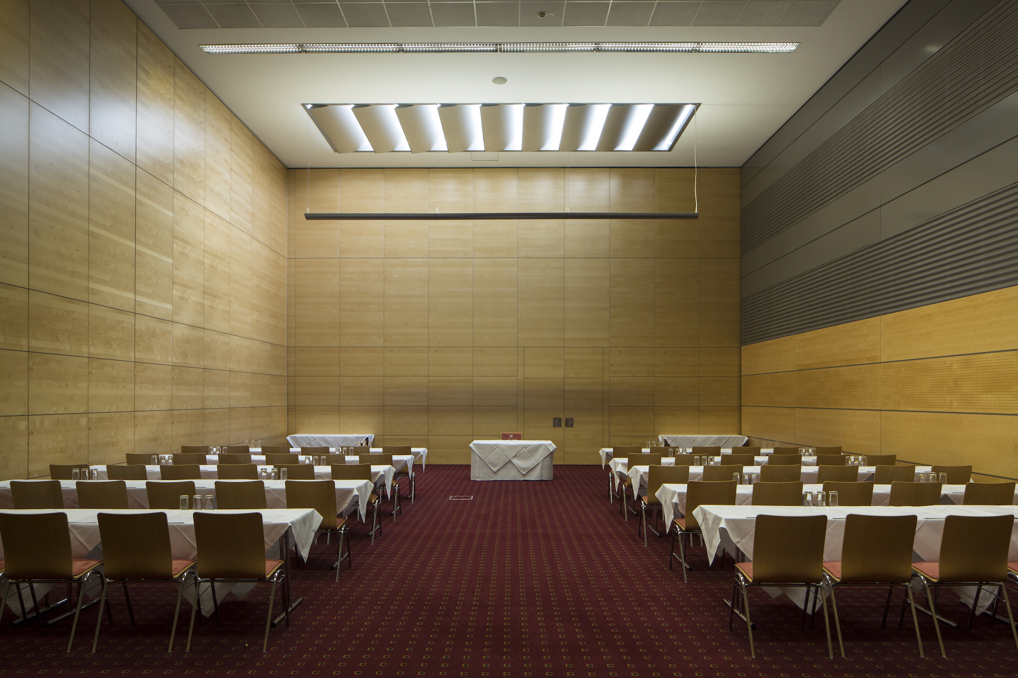 Seminar room Europa 3 with screen |  Eventhotel Pyramide in Vienna